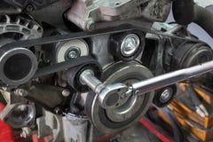 Затягивать шкива современного автомобиля обслуживая стоковая фотография rf