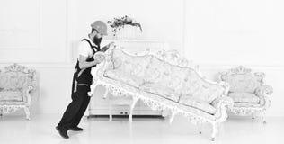 Затяжелитель двигает софу, кресло Курьер поставляет мебель в случае двигает вне, перестановка Концепция обслуживания поставки 308 стоковое фото rf