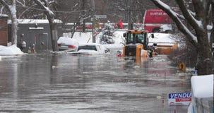Затяжелитель и автомобиль поглощенные в замороженном потоке акции видеоматериалы