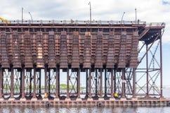 Затяжелитель руды в заливе Сент-Луис на Дулуте стыкует Стоковая Фотография