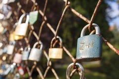 зафиксируйте влюбленность Желание вечной влюбленности, запертого замка на мосте Символ взаимной влюбленности Стоковое Фото