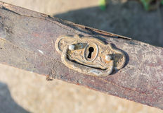 Зафиксируйте и отрегулируйте старый ящик дрессера Стоковое Изображение RF
