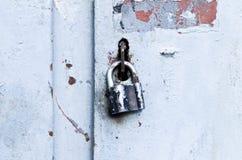Зафиксируйте на старой двери Стоковые Изображения RF