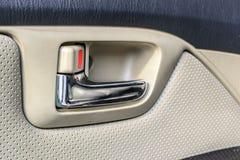 Зафиксируйте откройте кнопку на автомобиле стоковые фотографии rf