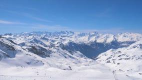 Захватывающая панорама гор и лыжников Snowy Стоковые Фотографии RF