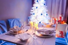 Захватывающая сервировка стола рождества с настоящим моментом и деревом Стоковые Изображения