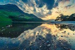 Захватывающее отражение озера в озере на заходе солнца, Великобритании район Стоковые Изображения