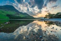 Захватывающее отражение озера на озере на заходе солнца, Англии Стоковые Фото
