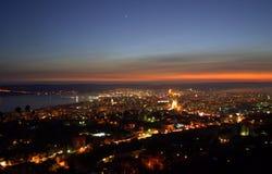 Захватывающее фиолетовое небо над городом после захода солнца Стоковое Изображение RF