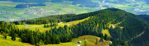 Захватывающее lansdcape гор, лесов и малых баварских деревень в расстоянии Сценарный взгляд баварских Альпов с majest Стоковое Фото