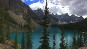 Захватывающие взгляды озера морен, Канады стоковые фотографии rf