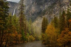 Захватывающие виды к водопаду Yosemite в соотечественнике Yosemite Стоковое Изображение