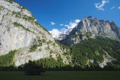 Захватывающие виды в долине Lauterbrunnen (Berner Oberland, Швейцарии) Стоковая Фотография RF