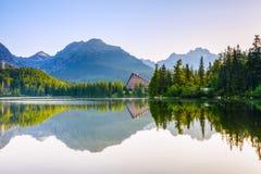 Захватывающие горные виды и тихое озеро Стоковые Фото