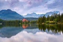 Захватывающие горные виды и тихое озеро Стоковое Изображение RF