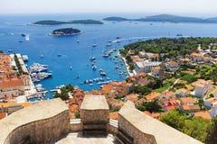 Захватывающий взгляд городка Hvar и своей гавани от испанского f стоковая фотография rf