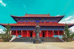 Захватывающий взгляд дворца ` s короля виска Будды медицины старого в geopark озера Jingpo с лазурным небом Стоковое Изображение RF