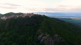 Захватывающий взгляд зеленых холмов с красивым городком Sighnaghi в Georgia сток-видео