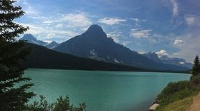 Захватывающий взгляд канадских скалистых гор в национальном парке яшмы стоковые фотографии rf
