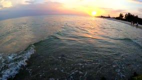Захватывающий взгляд на заходе солнца над морем видеоматериал