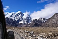 Захватывающий вид исполинского горного пика ряда Kanchenjunga стоковое фото rf