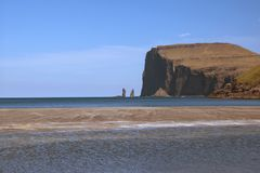 Захватывающий вид к легендарному og Kellingin Risin стогов моря гигант и ведьма от деревни TjørnuvÃk стоковые изображения