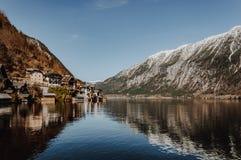 Захватывающий вид на деревне Hallstatt отражая в lak горы стоковые фотографии rf
