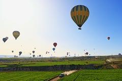 Захватывающий вид полетов воздушных шаров долины Kapadokia горячий Стоковые Фотографии RF