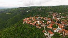 Захватывающий вид с воздуха старого городка Signagi в Georgia, живописный ландшафт сток-видео