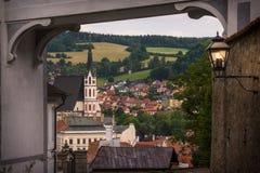 Захватывающий вид церков St Vitus и Cesky Krumlov через средневековый свод взгляд городка республики cesky чехословакского krumlo Стоковые Изображения RF