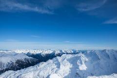 Захватывающий вид на снежных горах в горных вершинах Стоковая Фотография