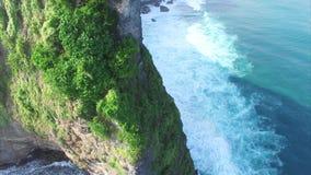 Захватывающий вид с воздуха скалы Uluwatu и виска Pura Uluwatu сток-видео