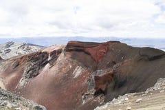 Захватывающий вулканический взгляд на красном кратере, скрещивание ландшафта Tongariro высокогорное Одна из больших прогулок в Но Стоковое Фото