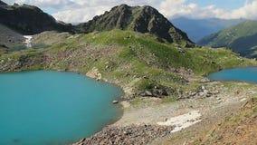 Захватывающий ландшафт озера горы, естественный интерес, steadicam сток-видео