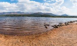 Захватывающий сельский вид на озеро стоковое фото