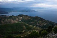 Захватывающий сценарный взгляд гористой земли расположенный в некотором сельском районе около океана Совершенный пейзаж как сюжет стоковое изображение
