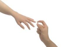 захват давая кольцо человека к женщине стоковая фотография rf