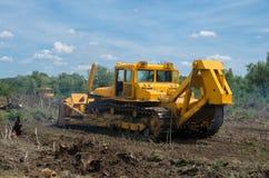 Захват земли леса для земледелия Разрушение лесов с бульдозером стоковое изображение