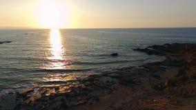 Захват трутня красивого захода солнца на скалистом пляже в Pomos, Кипре сток-видео