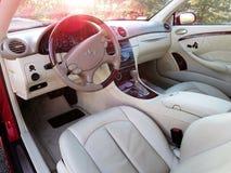 Заходы солнца на роскошном coupe benz Мерседес Стоковая Фотография