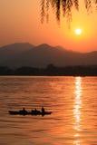 заходящее солнце озера Стоковые Изображения
