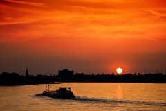 заход солнца баржи стоковое фото rf