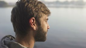 Заход солнца бородатого человека наблюдая на touristic шлюпке, наслаждаясь рекреационным рейсом акции видеоматериалы