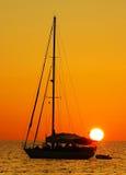 заход солнца ветрила phuket kata шлюпки пляжа Стоковая Фотография RF