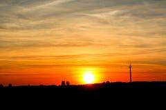 Заход солнца вечера далеко от города стоковая фотография