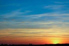 Заход солнца вечера далеко от города стоковые изображения rf