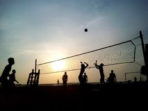 Заход солнца волейбола пляжа Стоковые Фотографии RF