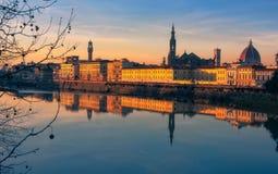 Заход солнца во Флоренс отражая в реке Арно, Италии стоковые изображения rf
