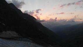 Заход солнца в высокой горе Кавказ - взгляд от трутня сток-видео