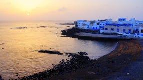 Заход солнца в гавани El Cotillo старой, Фуэртевентуре, Канарских островах, Испании стоковое изображение